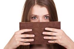 「チョコレートを食べるとニキビができる」は本当?