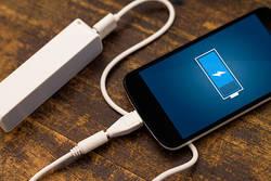 旅行に!ゲームに!電池切れを救う最新iPhone充電器