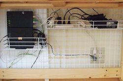 PC周りをスッキリさせるケーブル収納のワザ│ワイヤーネットを使えば整理できる