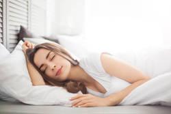 暑い季節の寝苦しさの理由と対処法 眠れない・目が覚めるを解消する梅雨から夏の快眠術