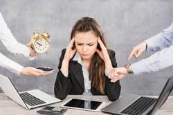 働く女性が職場で最も我慢していることは? ー 4位は「上司の世間話」
