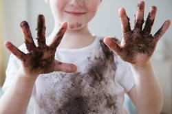 子供の服が泥だらけ! そんな時に役立つ泥汚れを落とす洗濯方法とは