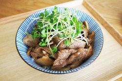栄養素たっぷりでヘルシー!「豚と3種のきのこ丼」【男の和ごはん・丼物編#19】