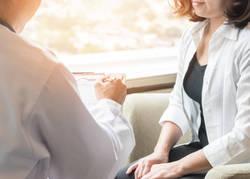 胸が痛い時に考えられる原因と、症状ごとに受診すべき病院の選び方