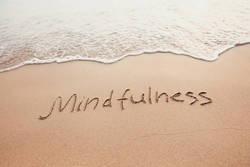マインドフルネス瞑想の効果って? 不安が減って幸せな気分が続きやすいって本当?