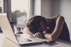 居眠りの原因は? ガマンできない眠気の正体と病気の可能性
