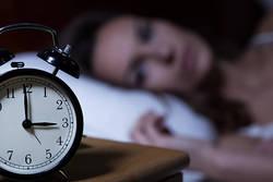 疲れているのに夜眠れない。脳の興奮を鎮めて安眠する5つの方法