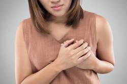 乳房の痛みの原因は?乳がんでみられる痛みと治療について
