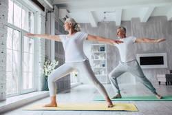 健康長寿を実現するシニアヨガの効果や魅力とは?