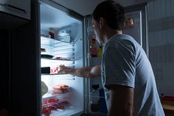 「深夜に食事をすると太りやすくなる」は本当? 嘘??