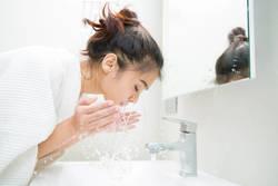 """お湯の温度を変えるだけ!""""ぬるま湯""""洗顔で肌質改善を目指そう"""