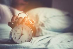 朝起きられない、寝ても眠い……原因は冬季うつ病(ウィンターブルー)?