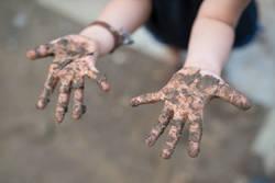 哺乳びんやおもちゃの殺菌は過敏な反応だ│泥だらけで遊ばせるのは悪いことではない