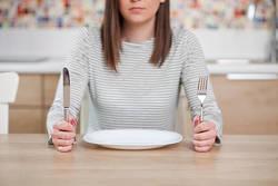 【ダイエット中のNG行動】食べないダイエットの危険性とは?