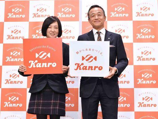 カンロは2017年11月にロゴマークを刷新。社名表記はカタカナから英語になった。三須和泰社長(右)は海外市場への再挑戦に意欲を見せる(撮影:風間仁一郎)