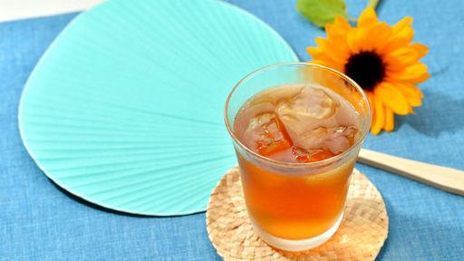 水分補給には、麦茶か水が最善だという(写真:ぱぱ〜ん/PIXTA)