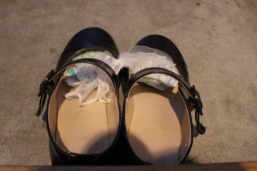 靴のつま先に押し込むようにして、乾燥剤を入れておこう。1日履き倒したムレシューズも、次の朝にはムシューズ!