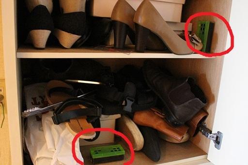 赤丸で囲ったのが脱臭炭。炭の表面(緑のフタがついている面)を、靴側に向けておくようにすると消臭の効率がアップ!