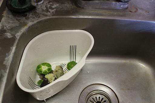 こんな風に三角コーナーに野菜クズや生ゴミを放置しておくと、雑菌が繁殖して臭いの原因になる! ※イメージ写真