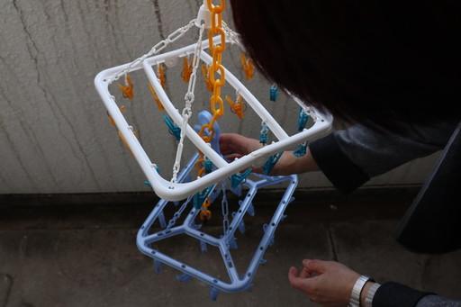 2つ目のハンガーを、チェーンに引っ掛ける。衣類が地面に引きずらないように調節しよう