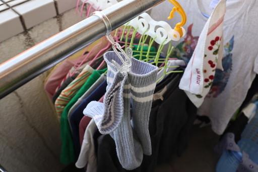 あれ、よく見ると洗濯バサミ的なものが……