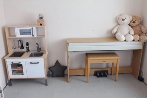 子ども部屋もご覧の通りのシンプルさ。おもちゃや絵本も出しっ放しにしないのが鉄則