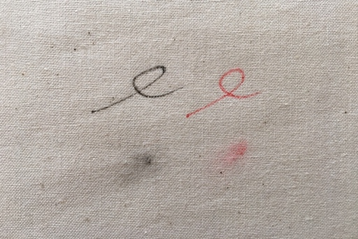 (上)ペンケースの中はこんな汚れだらけ (下)取材から帰ってきた時の袖口は大抵こんな感じ