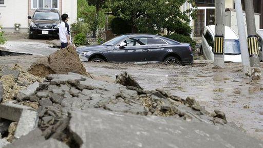 災害時だからこそ気をつけたい情報収集術とは?(写真:Kyodo/via REUTERS)