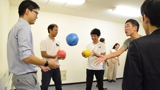 実際にライフキネティックのプログラムに取り組む参加者たち。赤青黄の3色のボールを指示どおりに投げ合う(筆者撮影)