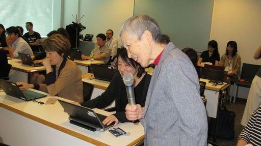 「人生100年時代のセルフラーニング」をテーマに、自らの経験を伝授する83歳の若宮正子さん。世界最高齢の現役プログラマーだ(筆者撮影)