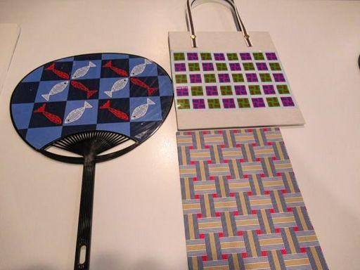 若宮さんがエクセルで描いたデザインで製作した団扇と手提げ袋(筆者撮影)