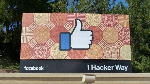フェイスブックの本社入り口には「いいね!」の看板が大きく掲げられている(2016年、編集部撮影)