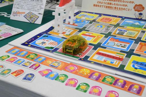 学研ステイフル「カードでピピッと はじめてのプログラミングカー」。「日本おもちゃ大賞2018」のエデュケーショナル・トイ部門で大賞を受賞し、夏休みには体験ワークショップも開催された