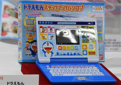 バンダイ「ドラえもんステップアップパソコン」。JIS配列のキーボードが付いたノートパソコン型で、マウスも付属する