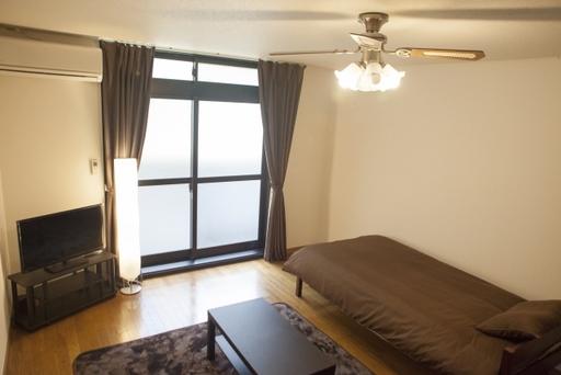 ブラウンで統一されたシンプルな部屋