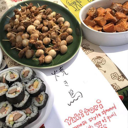 私がいまの学校でやった唯一のPTA的な仕事。学校行事「ワールフードフェスティバル」のときに日本料理を持っていきました。このときも強制ではなく自由参加だったのですが、楽しそうだったので、もう1人の日本人ママと家でそれぞれ作って持っていった料理です(著者撮影)