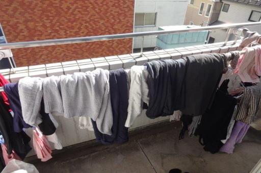 木村が干した洗濯物たち。さまざまな衣類が重なり合い、とっても汚い