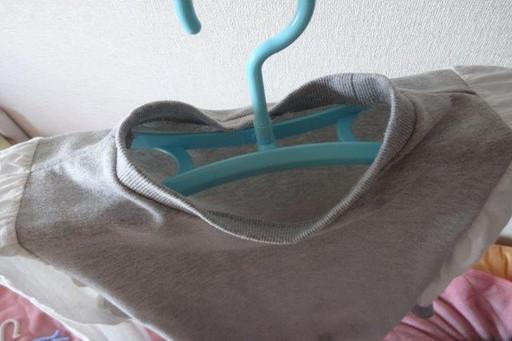 干すとこんな感じ。ハンガーの厚みによって服の中に空気の通り道ができ、乾きが早まる