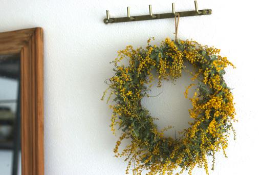 黄色いミモザの花がパッと部屋を明るくしてくれる。部屋に春の空気を呼び込むために、ミモザリースを手作りしてみよう