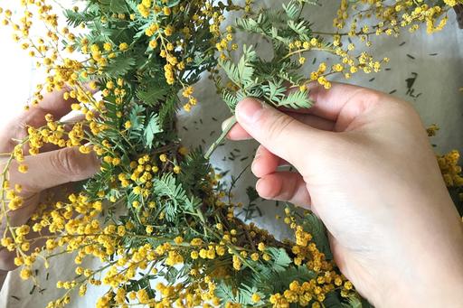 ボリュームの足りないところに、余った花材を足していく