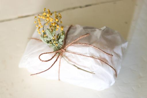 プレゼントにミモザをそっと添えれば、春らしいよそおいに