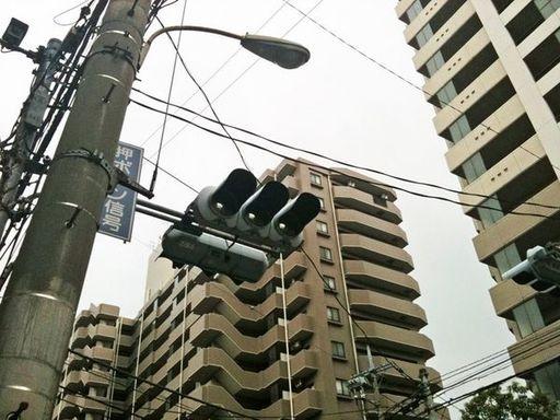 東日本大震災直後に実施された計画停電では信号も機能を停止した(筆者撮影)