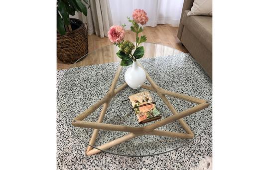 インテリアや家具に様々な形やアースカラーを取り入れて。ピンクの花とガラスの円形テーブルでやさしい雰囲気に