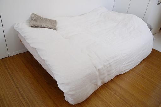 ベッドも寝具も無印良品のアイテム。セミダブルベッドは一人暮らしを始めた当初から使い続けている