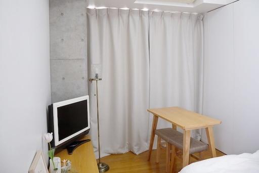 通常より窓が高いため、ジャストサイズのカーテンを探すのに苦労したとのこと