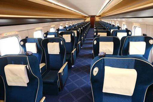 北陸新幹線E7系グリーン車の車内。東京発着から大宮発着に変更するだけで2120円も安く乗れる(撮影:尾形文繁)