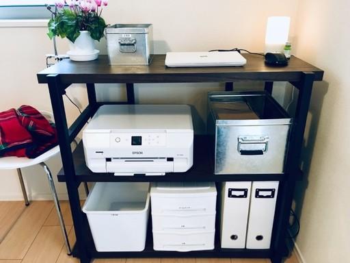 パソコンに関するモノを一か所にまとめた例:上段はパソコンとよく使う文房具。中段はプリンターとコピー用紙。下段は取説などの書類、インク、たまに使う文房具。印刷に失敗した紙を再利用する箱も用意している
