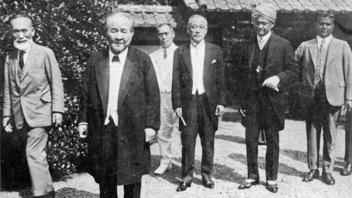 日本経済の礎を築いた渋沢栄一は「逆境に立たされたとき」どんなことを考えたのか(私邸で、左から2番目が渋沢)(写真:近現代PL/アフロ)