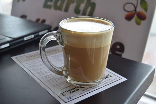 コーヒーを飲みながら読書。なぜかスタイリッシュに見える