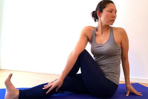長座で座ったねじりのポーズは、胃腸不調の改善、内臓の活性化、お腹・背中の引き締めといった効果が